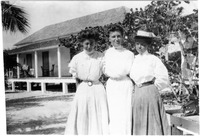 [Three women stand in front of the Sisters Hotel in 1908]